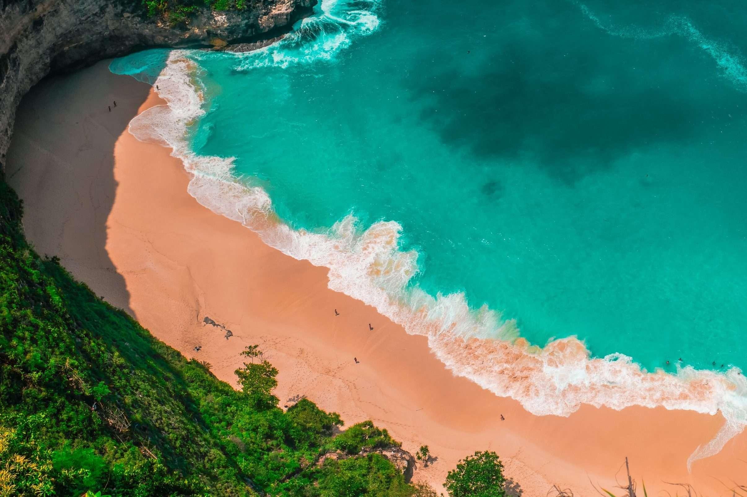 playa de Bali con aguas cristalinas