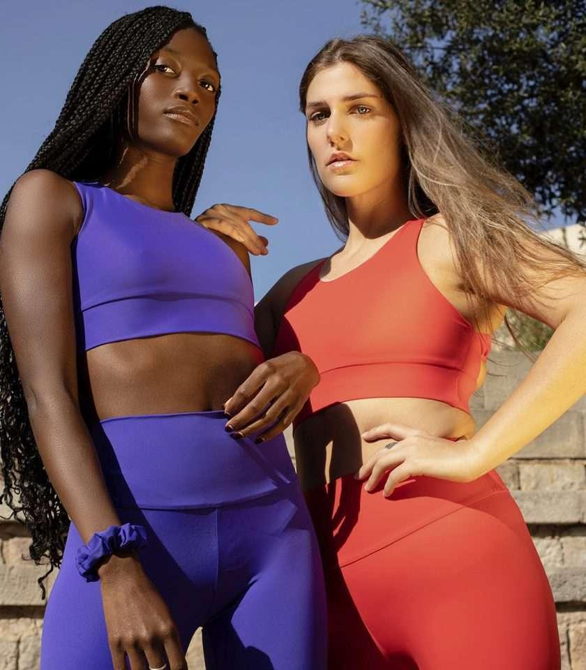 dos chicas con prendas sport