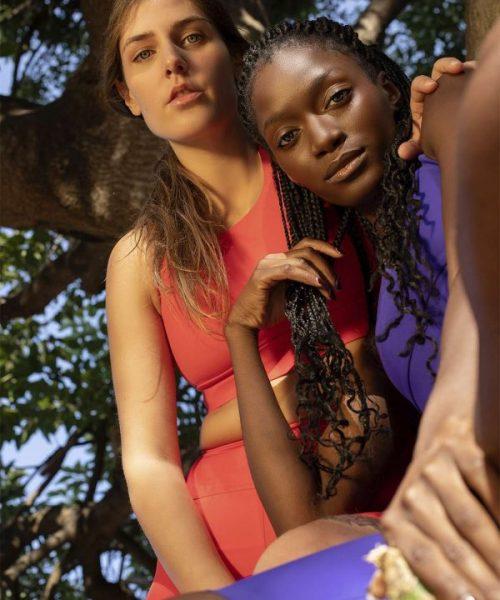 chicas en ropa deportiva en un árbol